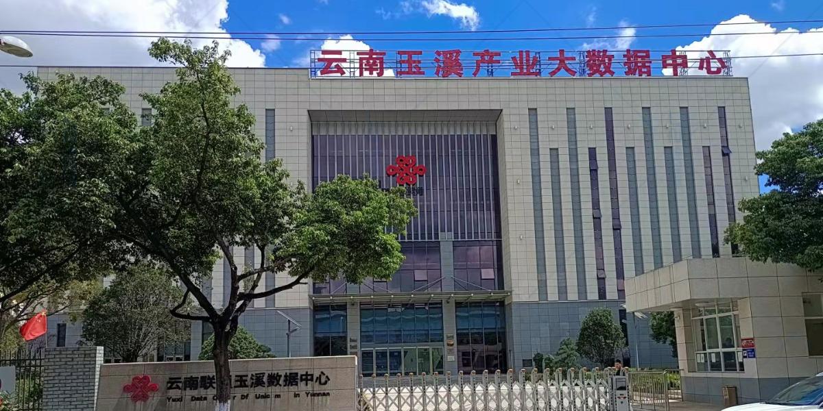精致小伙伴现场安装-为云南联通打造六星级数据中心
